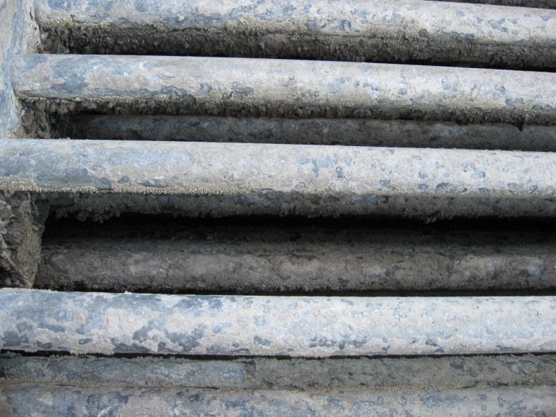 Czyszczenie skraplacza natryskowo-wyparnego BAC VXC S328 z kamienia o grubosci do 5 mm, bez wyłączania go z eksploatacji.