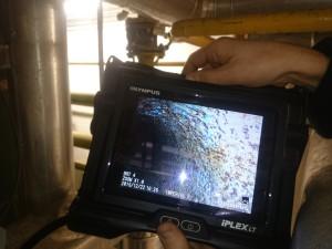 Rewizja wewnętrzna wytwornicy Clayton przy użyciu kamery endoskopowej. Powierzchnia wężownicy metalicznie czysta.