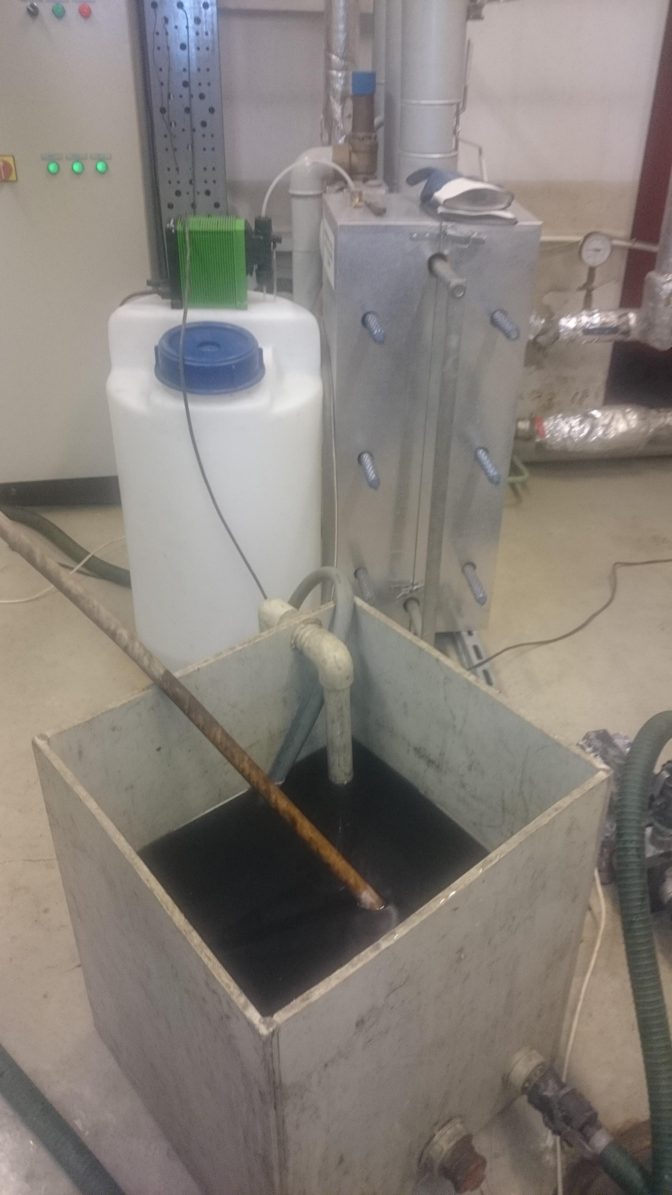 Początek czyszczenia instalacji cwu. Tlenki żelaza Fe+3 z wymiennika ciepła zabarwiły roztwór czyszczący
