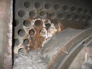 Płomieniówki pęknięte - pozostawiona zbyt gruba warstwa nieosuniętego osadu na grodzi sitowej